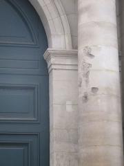 Ancien hôtel Saint-Florentin, puis hôtel de Talleyrand, actuellement consulat des Etats-Unis - Français:   Détail de la colonne droite, sur la façade de l\'hôtel de Saint-Florentin. Potentiels éclats de tirs datant d\'un évènement historique.