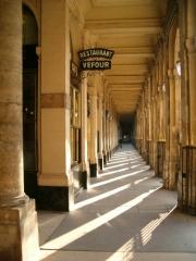 Immeuble en bordure du Palais-Royal, restaurant Le Grand Véfour - English: Galerie de Beaujolais, Paris.