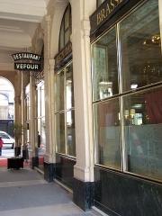 Immeuble en bordure du Palais-Royal, restaurant Le Grand Véfour - English: Entrance of the restaurant Le Grand Véfour at Palais-Royal, galerie du Beaujolais, in Paris