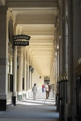 Immeuble en bordure du Palais-Royal, restaurant Le Grand Véfour - Deutsch: Galerie de Beaujolais im Palais Royal im 1. Arrondissement in Paris (Île-de-France/Frankreich)
