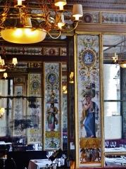 Immeuble en bordure du Palais-Royal, restaurant Le Grand Véfour - Deutsch: Säulen im Restaurant Grand Véfour im Palais Royal, Paris, Region Île-de-France, Frankreich
