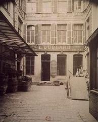 Immeuble abritant le théâtre des Déchargeurs -  Hôtel du 18e s., 3 rue des Déchargeurs. 1908. Photographie positive sur papier albuminé d'après négatif sur verre au gélatinobromure; 21 x 17,2 cm (épr.). [Cote: BNF - Est. Eo 109b bte 2; n ° micr. T039360] \ Opaline 029868, in Le quartier des Halles