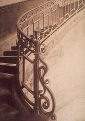 Immeuble abritant le théâtre des Déchargeurs -  Escalier d'hôtel du 18e s., 3 rue des Déchargeurs. 1908. Photographie positive sur papier albuminé d'après négatif sur verre au gélatinobromure; 21,5 x 17 cm (épr.). Opaline 029898, in Le quartier des Halles
