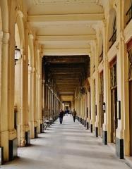 Immeuble abritant le théâtre du Palais Royal - Deutsch: einer der vielen Säulengänge des Palais Royal, Paris, Region Île-de-France, Frankreich