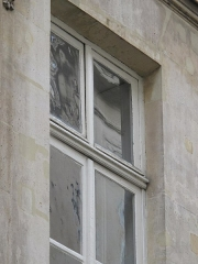 Immeuble - English: Example of window with panes of different ages. The flat panes are recent ones, the slight undulated panes are older (XIX century?). 10 rue des Moulins, Paris 1er arr.