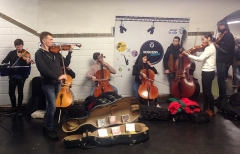 Métropolitain, station Châtelet - English:  A chamber orchestra performing in the Paris Metro Chatelet station in the passageways between the #1 and #4 lines.