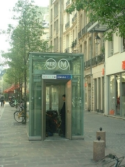 Métropolitain, station Châtelet - English:  Lift at Châtelet metro station.