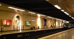 Métropolitain, station Louvre -  Station Louvre Rivoli du Métro de Paris(ligne 1), Paris, France. La station qui dessert le musée du Louvre est décorée avec des reproductions d'oeuvres figurant dans le musée.
