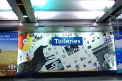 Métropolitain, station Tuileries -  Station Tuileries du Métro de Paris, (ligne 1), Paris, France. La station est décorée avec des collages résumant l'histoire de chaque décennie du XXe siècle. Ici les années 40.