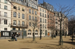 Place Dauphine : le sol -  Buildings on Place Dauphine, Paris.
