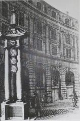 Place des Victoires : le sol -  Un des quatres fanaux sur la place des Victoires (Paris, 2e arrond). Détruit en 1718. Détail d'une gravure de Nicolas Guérard (1648-1719).