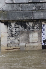 Pont-Royal - English: Flood scale on the Pont Royal bridge, Paris, during the 2016 flood.