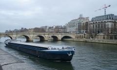 Grands magasins de la Samaritaine - English: Barge in river Seine, near Pont du Carrousel
