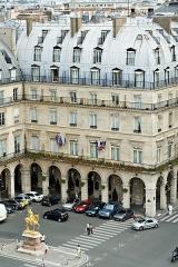 Statue de Jeanne d'Arc - English: Facade of Régina Hotel, Paris, France.