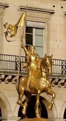 Statue de Jeanne d'Arc - English: Equestrian statue of Joan of Arc by Emmanuel Frémiet (French, 1824–1910) at the Place des Pyramides, in Paris. Gilt bronze, 1899.