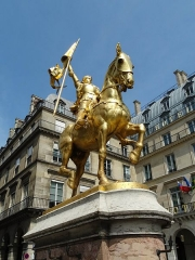 Statue de Jeanne d'Arc - English: An equestrian statue of Joan of Arc that stands upon a stone base, made by Emmanuel Fremiet and is found at the centre of Place des Pyramides.