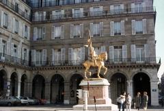 Statue de Jeanne d'Arc -  warping boots slides