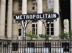 Bourse - Français:   L\'entrée de la station Bourse de la ligne 3 du métro de Paris, France