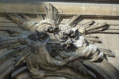 Eglise Notre-Dame-des-Victoires - Deutsch: Katholische Pfarrkirche Notre-Dame-des-Victoires im 2. Arrondissement von Paris, Tetragramm über dem Eingangsportal