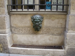 Fontaine - English: Mascaron of the fountain 6 rue Colbert, Paris (beginning of the XVIIIth c.)