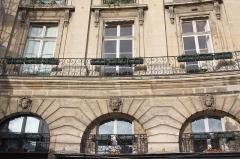 Ancien hôtel Cornette ou ancien hôtel Le Duc-Desnoues - Deutsch: Hôtel Cornette in Paris, Nr. 12 Place des Victoires