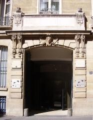 Ancien hôtel de Mondragon - English: Gateway of the the 18th c. hôtel de Mondragon (which have been the town hall of Paris 2d arrondissement and is now a bank). 3 rue d'Antin, Paris II