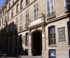 Ancien hôtel de Mondragon - English: General view of the the 18th c. hôtel de Mondragon (which have been the town hall of Paris 2d arrondissement and is now a bank). 3 rue d'Antin, Paris II