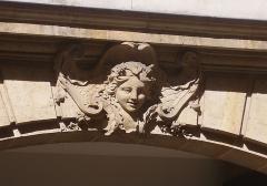 Ancien hôtel de Mondragon - English: 18th c. hôtel de Mondragon (which have been the town hall of Paris 2d arrondissement and is now a bank). 3 rue d'Antin, Paris II: mascaron of the gateway