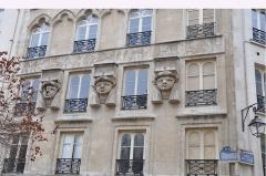 Immeuble - English: Egyptian reliefs in  Passage du Caire (Paris , France)