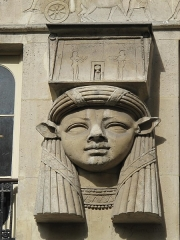Immeuble - English: Detail of one of the egyptian heads representing goddess Hathor (Sculptor Petrel): 2 Place du Caire, Paris 2nd arr.