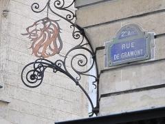 Immeuble du Crédit Lyonnais (annexe) - English: Enseign with a lion head on the annex of the Crédit Lyonnais HQ. Corner of the streets Gramont and Gretry, Paris 2nd arrond.