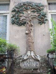 Immeuble - English: Sign of the Arbre à liège (=Cork tree), one of the rare XVIIIth c. signs survivor: 10, rue Tiquetonne, Paris 2nd arr.