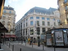 Métropolitain, station Quatre-Septembre - English: Metro station Quatre-Septembre, rue du 4-Septembre, Paris 2e arr. In the background, the building