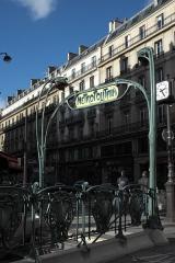 Métropolitain, station Quatre-Septembre - Deutsch: Métrostation Quatre-Septembre in der Rue du Quatre-Septembre im 2. Arrondissement in Paris, von Hector Guimard entworfen, 1904 eingeweiht