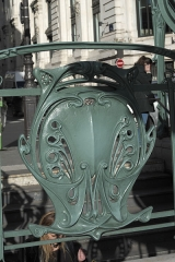 Métropolitain, station Quatre-Septembre - Deutsch: Métrostation Quatre-Septembre in der Rue du Quatre-Septembre im 2. Arrondissement in Paris, von Hector Guimard entworfen, 1904 eingeweiht, Detail