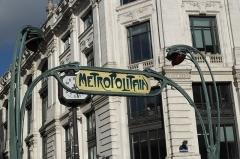 Métropolitain, station Quatre-Septembre - Deutsch: Métrostation Quatre-Septembre in der Rue du Quatre-Septembre im 2. Arrondissement in Paris, von Hector Guimard entworfen, 1904 eingeweiht; mit Signatur: Hector Guimard Arch(itec)te