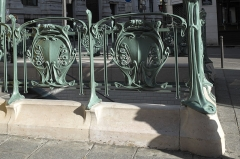Métropolitain, station Quatre-Septembre - Deutsch: Métrostation Quatre-Septembre in der Rue du Quatre-Septembre im 2. Arrondissement in Paris, von Hector Guimard entworfen, 1904 eingeweiht; Detail