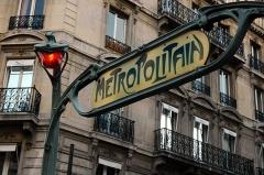 Métropolitain, station Quatre-Septembre - English: Ornate Metro sign.