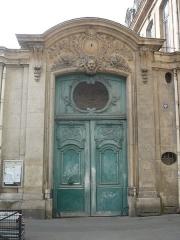 Collège Pierre-Jean-de-Béranger et immeuble contigü - Français:   Portail du 5 rue Béranger
