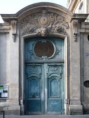 Collège Pierre-Jean-de-Béranger et immeuble contigü - English:   Entrance gate of number 5, rue Béranger, in Paris.