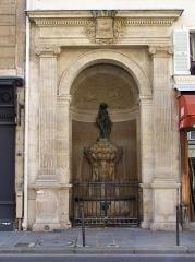 Fontaine publique dite de Joyeuse - English: General view of the Fontaine de Joyeuse at rue de Turenne in Paris
