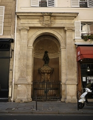 Fontaine publique dite de Joyeuse - English: Fontaine de Joyeuse, Paris IVe arrondissement, France.