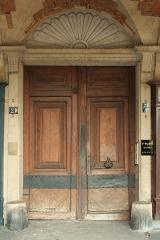 Ancien hôtel du Cardinal de Richelieu - English:  Door of 21 Place des Vosges, Paris.
