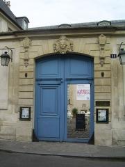 Ancien Hôtel de Marle dit aussi Hôtel de Noirmoutier - English: Entrance to Hotel de Marle in Paris, France, home to the Swedish institute Centre Culturel Suédois.