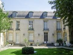Ancien Hôtel de Marle dit aussi Hôtel de Noirmoutier - English: Garden and courtyard of Hotel de Marle in Paris, France, home to the Swedish institute Centre Culturel Suédois.