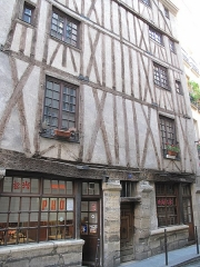 Immeuble - English: Medieval-looking house, 3 rue Volta, Paris 3rd arrond.
