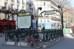 Métropolitain, station Temple - Français:   Entrée de la station de métro Temple sur la place Élisabeth Dmitrief, Paris.