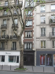 Enceinte de Philippe-Auguste - English: Narrow building: 7bis Boulevard Saint-Germain, Paris 5th arr. This building was built in place of the wall of Philippe-Auguste, when other buildings were already built on both sides. The building is so narrow for that reason.
