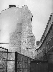 Enceinte de Philippe-Auguste -  Paris la tour Montgomery, vestige du rempart de Philippe Auguste, à l'angle des rue Charlemagne et rue des Jardins-Saint-Paul, en face du lycée Charlemagne. Vue prise en 1981.