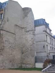 Enceinte de Philippe-Auguste -  Tour Montgomery de l'enceinte de Philippe-Auguste, rue des Jardins St Paul. Au Moyen-Age, cette tour appartenait à la poterne Saint-Paul.
